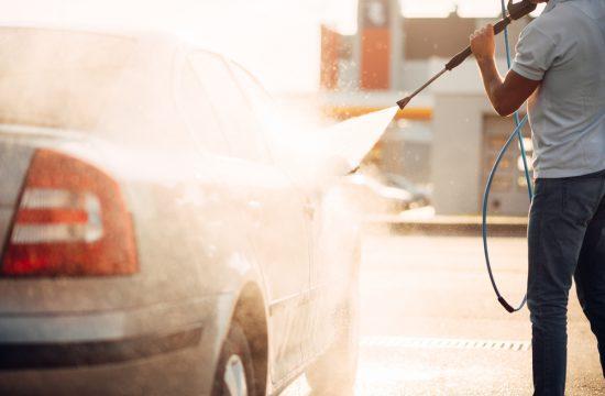 Nettoyage de voiture : lavage manuel vs automatique ?
